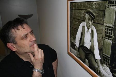 """Michael Lucan vor einem seiner Bilder"""" Bild: Harald Bischoff"""